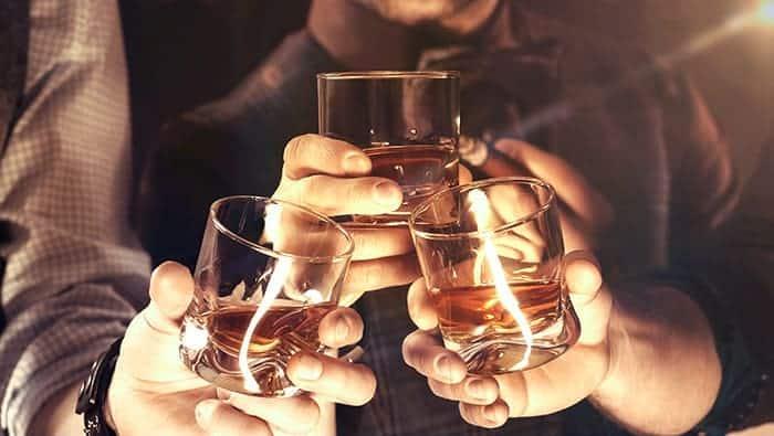 trinquer avec du whisky