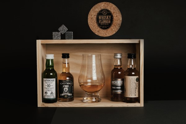 Whisky monthly box and content